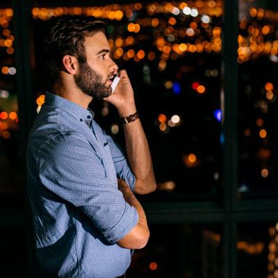 Mann mit Handy über Voip-telefonanlage